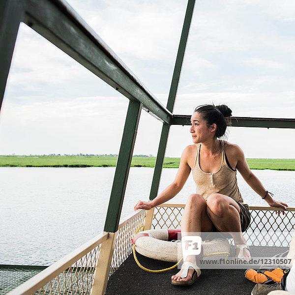Junge Touristin auf einem Tourboot auf dem Chobe-Fluss  Botswana  Afrika