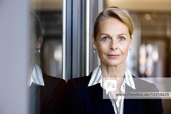 Porträt einer Geschäftsfrau  die in die Kamera schaut