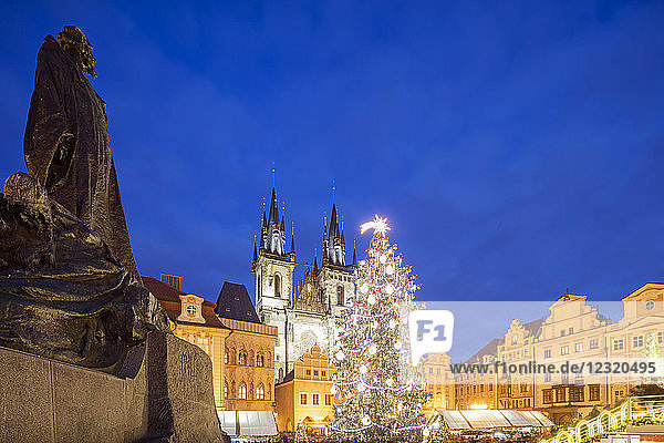Christmas market in Old Town Square  Church of Our Lady Before Tyn  UNESCO World Heritage Site  Prague  Czech Republic  Europe