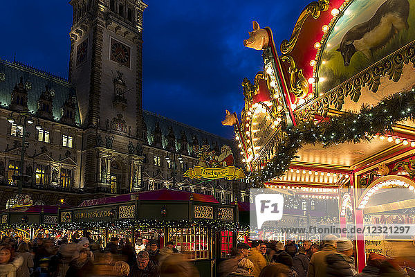 Christmas market outside the town hall at dusk  Hamburg  Germany  Europe