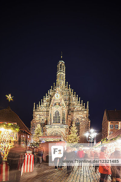 Nuremberg (Nurnberg) Christmas market in Market Square  Frauenkirche (Church of Our Lady)  Nurnberg  Franconia  Bavaria  Germany  Europe