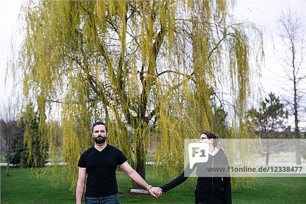 Ehepaar vor Weidenbaum im Park  Kingston  Kanada