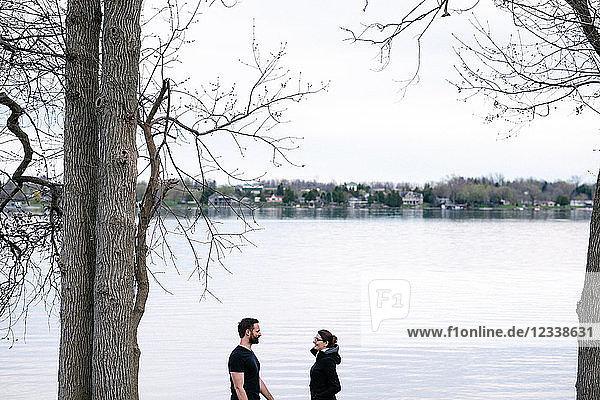 Ehepaar entspannt am See  Kingston  Kanada