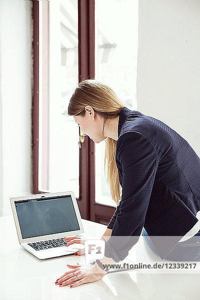 Geschäftsfrau benutzt Laptop im Büro