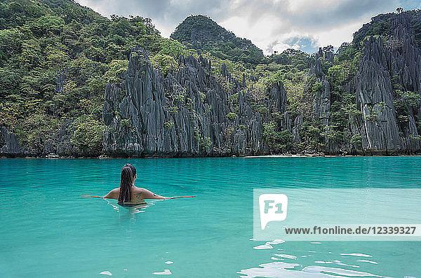 Frau auf See  Banga  Palawan  Philippinen