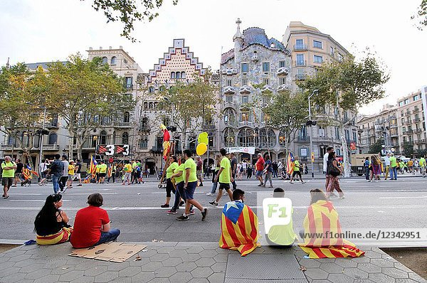 Batlló house. Amatller house. Passeig de Gràcia avenue. Political demonstration for the independence of Catalonia. Estelades  Catalan independent flags. October 2017. Barcelona  Catalonia  Spain