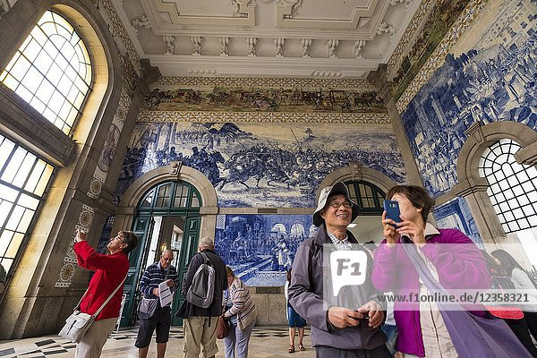 Sao Bento Railway Station  concourse with Azulojos tiles  Porto  District of Porto  Portugal  Europe.