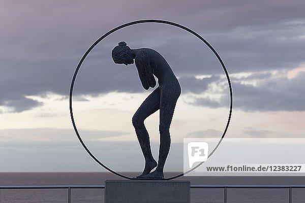 Frauenakt in einem Ring  Bronzeskulptur der belgischen Bildhauerin Linde Ergo  De Haan  Nordsee  belgische Küste  West-Flandern  Belgien  Europa