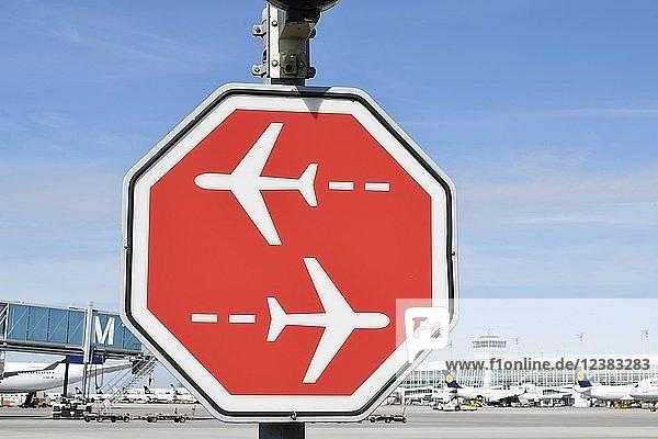 Stoppschild  kreuzende Flugzeuge  Flughafen München  Oberbayern  Bayern  Deutschland  Europa