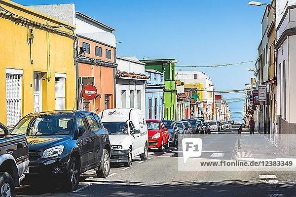 Straße mit bunten Häusern  San Cristóbal de La Laguna  Teneriffa  Kanaren  Kanarische Inseln  Spanien  Europa