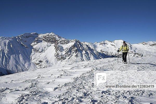 Obernberger Tribulaun im Winter mit Schneeschuhgeher  Obernberg  Tirol  Österreich  Europa