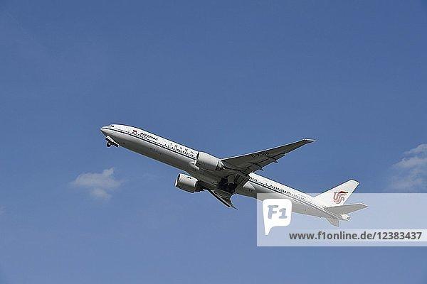 Air China  Boeing  B 777  beim Start vor blauem Himmel  Flughafen München  Oberbayern  Bayern  Deutschland  Europa