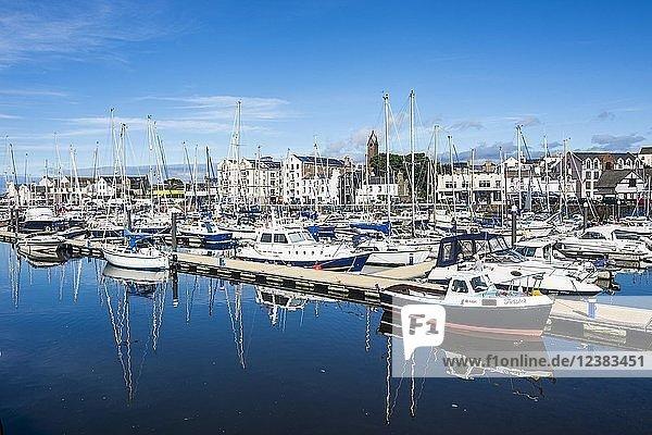 Stadtansicht mit Hafen  Peel  Isle of Man  Großbritannien  Europa