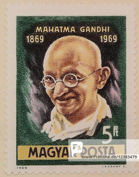 Mahatma Gandi  der Führer der gewaltfreien Unabhängigkeitsbewegung Indiens  Porträt auf einer ungarischen Briefmarke