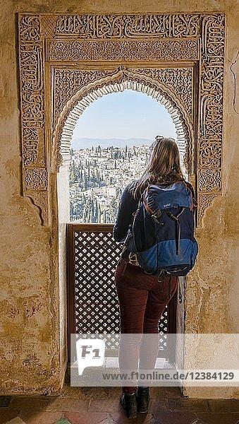 Blick durch einen Torbogen verziert mit Arabesken  Maurische Ornamente  Sommerpalast Generalife  Palacio de Generalife  Granada  Andalusien  Spanien  Europa