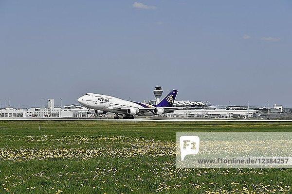 Thai Airways  Boeing  B747  beim Start  Startbahn Süd  Flughafen München  Oberbayern  Bayern  Deutschland  Europa