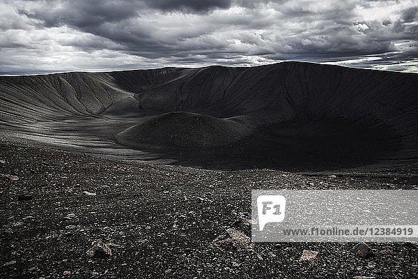 Krater des Vulkans Hverfjall  Vulkanlandschaft  nahe See Myvatn  dramatische Wolken  Nordisland  Island  Europa