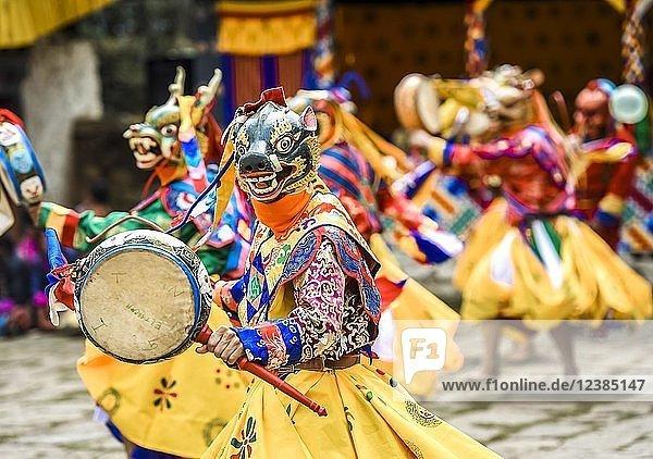 Tänzer beim Maskentanz  religiöses Tsechu Klosterfest  Gasa Distrikt Distrikt Tshechu Festival  Gasa  Himalaya-Region  Königreich Bhutan Tänzer beim Maskentanz, religiöses Tsechu Klosterfest, Gasa Distrikt Distrikt Tshechu Festival, Gasa, Himalaya-Region, Königreich Bhutan