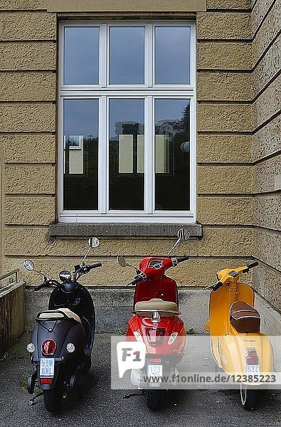 Drei Roller stehen in deutschen Nationalfarben schwarz-rot-gold in einem Hof  Stuttgart  Baden-Württemberg  Deutschland  Europa