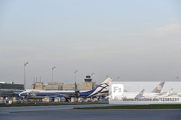 Air Bridge Cargo  Boeing  B747-800  Frachtflugzeug  Cargo  Frachtverladung  Abenddämmerung  Flughafen München  Oberbayern  Bayern  Deutschland  Europa