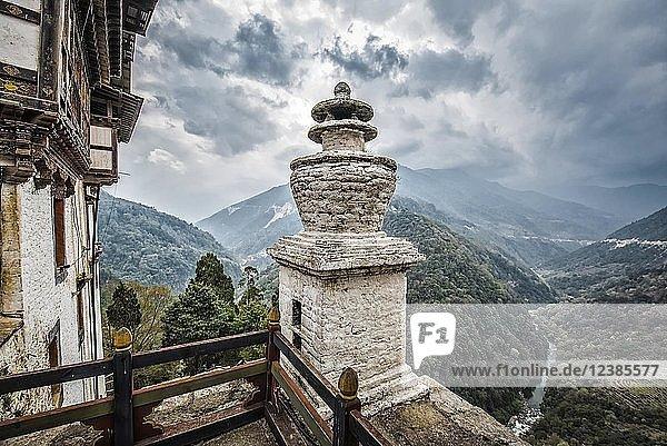 Ausblick von der größten Klosterfestung  Trongsa Dzong  Trongsa  Himalaja-Region  Bhutan  Asien