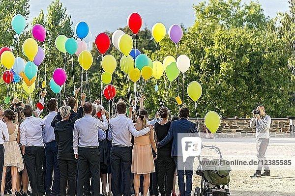 Fotograf fotografiert Festgesellschaft mit bunten Luftballons  Bad Homburg vor der Höhe  Hessen  Deutschland  Europa