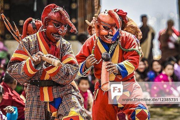 Narren  Spassmacher mit Phallus-Symbol beim Maskentanz  religiöses Tsechu Klosterfest  Gasa Distrikt Tshechu Festival  Gasa  Himalaya-Region  Königreich Bhutan Narren, Spassmacher mit Phallus-Symbol beim Maskentanz, religiöses Tsechu Klosterfest, Gasa Distrikt Tshechu Festival, Gasa, Himalaya-Region, Königreich Bhutan