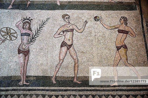 Bodenmosaik von drei Frauen im Bikini  Saal der Bikini-Mädchen  Villa Romana del Casale  römische Villa aus dem 4. Jahrhundert n. Chr.  Piazza Armerina  Provinz Enna  Sizilien  Italien  Europa