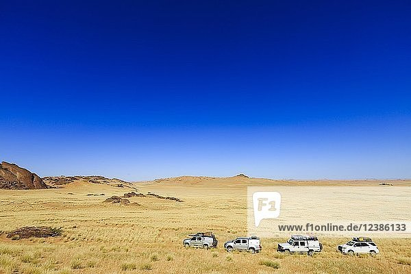 Mehrere Geländewagen im Hartmannstal  Region Kunene  Namibia  Afrika