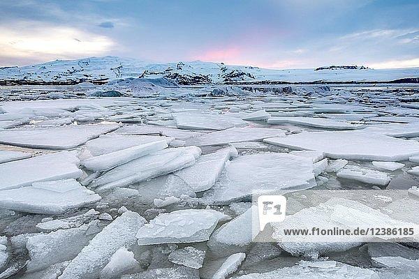 Eisschollen  Gletscher Lagune Jökulsárlón  Gletschersee  Abendrot  Südrand des Vatnajökull  Südostisland  Island  Europa