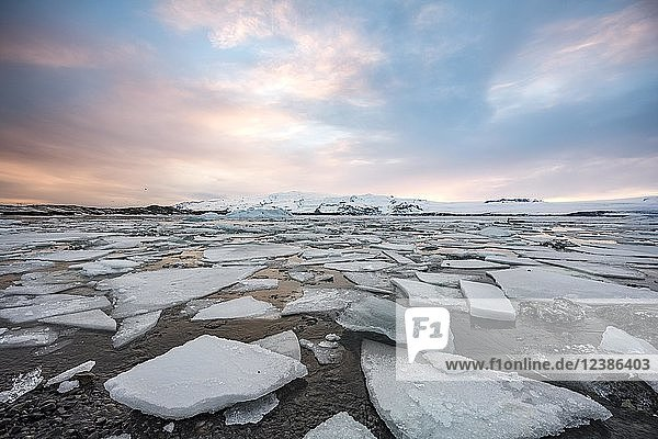 Eisschollen  Gletscher Lagune Jökulsárlón  Gletschersee  Sonnenuntergang  Südrand des Vatnajökull  Südostisland  Island  Europa