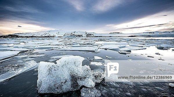 Eisschollen  Gletscher Lagune Jökulsárlón  Gletschersee  Südrand des Vatnajökull  Südostisland  Island  Europa