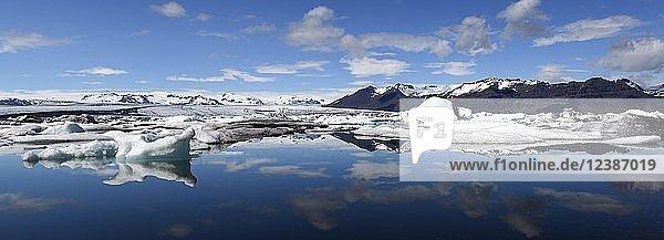Eisschollen  Eisberge  Gletschersee  Gletscherlagune des Gletschers Vatnajökull  Jökulsarlon  Panorama  Südisland  Island  Europa