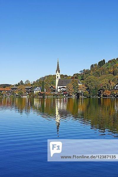 Ortsansicht Schliersee mit Pfarrkirche St. Sixtus und See  Schliersee  Oberbayern  Bayern  Deutschland  Europa