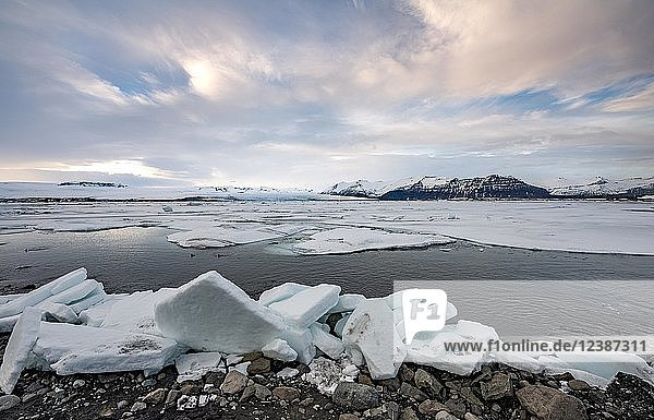 Ice floes at the edge of the glacier Jökulsárlón lagoon  glacier lake  sunset  southern edge of Vatnajökull  southeast Iceland  Iceland  Europe