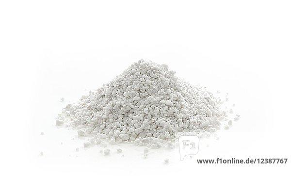 Perlitgranulat  Bodenverbesserungsmineral im Gartenbau  Nahaufnahme  Studioaufnahme  weißer Hintergrund  Freisteller
