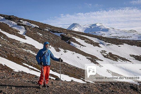 Wanderer vor Schneelandschaft bei Hvalfjarðarsveit  Vesturland  Island  Europa