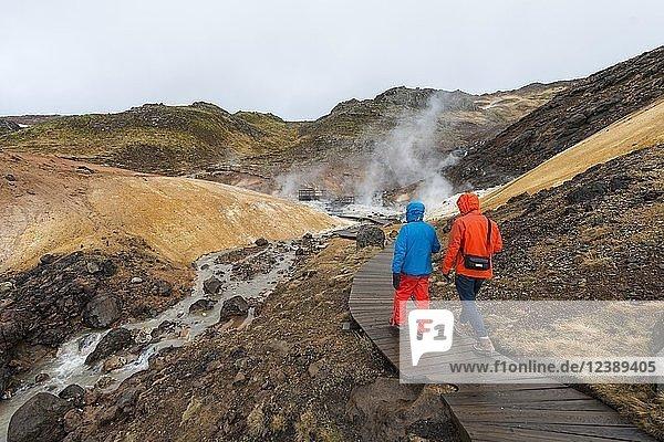Zwei Wanderer  Dampfender Boden  Seltún Geothermalgebiet  Vulkansystem Krýsuvík  Landschaftsschutzgebiet Reykjanesfólkvangur National reserve  Island  Europa