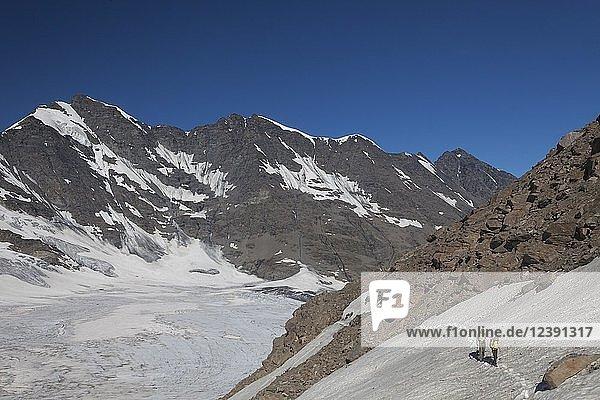 Bergwanderer  Gliarettaz Gletscher  Nähe Bassac Deré Pass  Valgrisenche  Aostatal  Italien  Europa