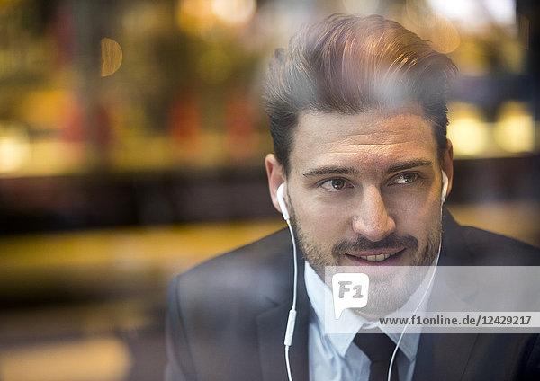 Geschäftsmann  Porträt mit Kopfhörer