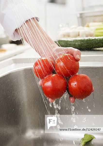 Küchenaufnahme  Tomaten waschen