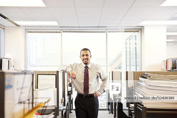 Ein Porträt eines jungen schwarzen Geschäftsmannes in seinem Firmensitz.