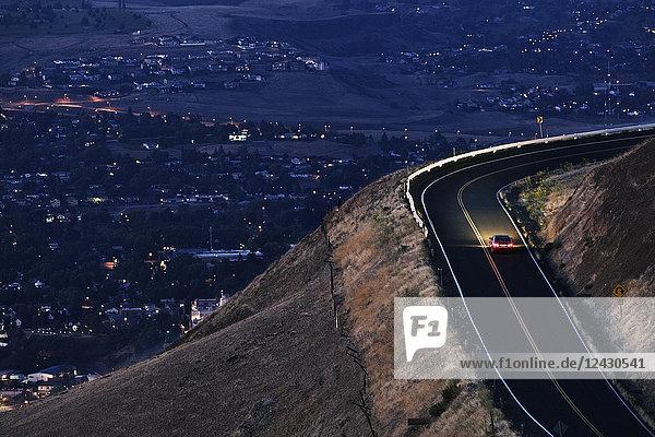 Ein Blick auf ein Auto  das sich in der Nähe von Clarkston  Washington  USA  fast im Dunkeln auf einer Autobahn bewegt.