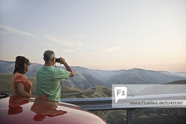 Ein hispanisches älteres Ehepaar  das die Landschaft von einem Rastplatz in der Grande Ronde im Osten des Bundesstaates Washington  USA  aus genießt.