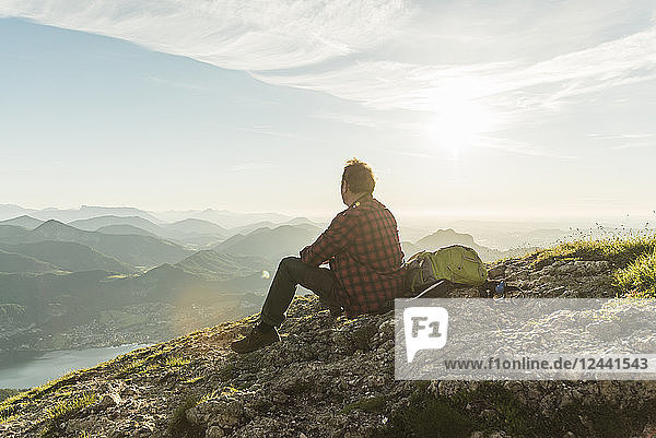 Austria  Salzkammergut  Hiker in the mountains taking a break