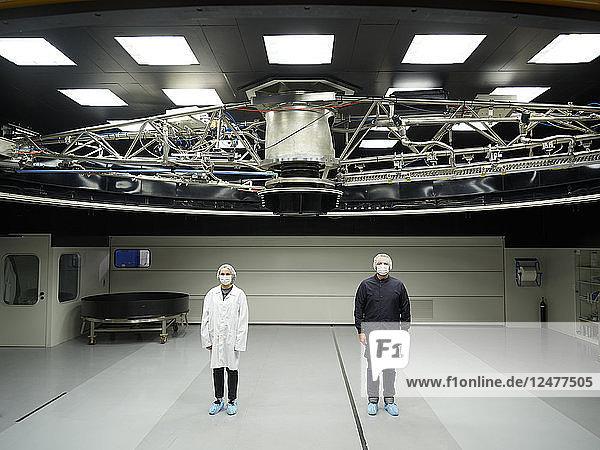 Wissenschaftler stehen unter dem Teleskop des Paranal-Observatoriums
