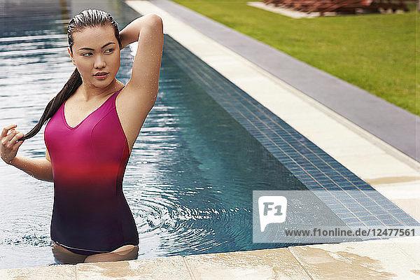 Junge Frau mit nassen Haaren im Schwimmbad