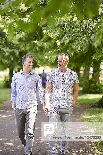 Schwules Paar hält Hände im Park