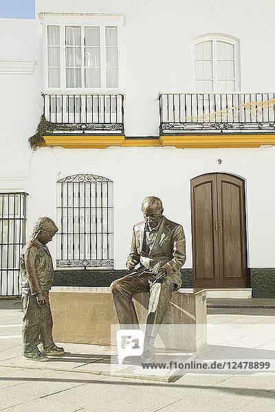 Statue eines Jungen und eines Mannes auf der Plaza de Espana in Cobil de la Frontera  Spanien