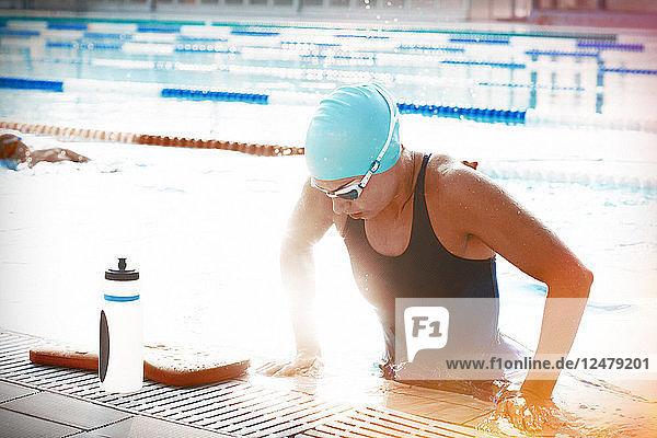 Frau verlässt das Schwimmbad